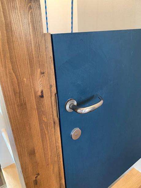 東京都狛江市の住宅耐震改修リノベーション,ブルーの室内ドア